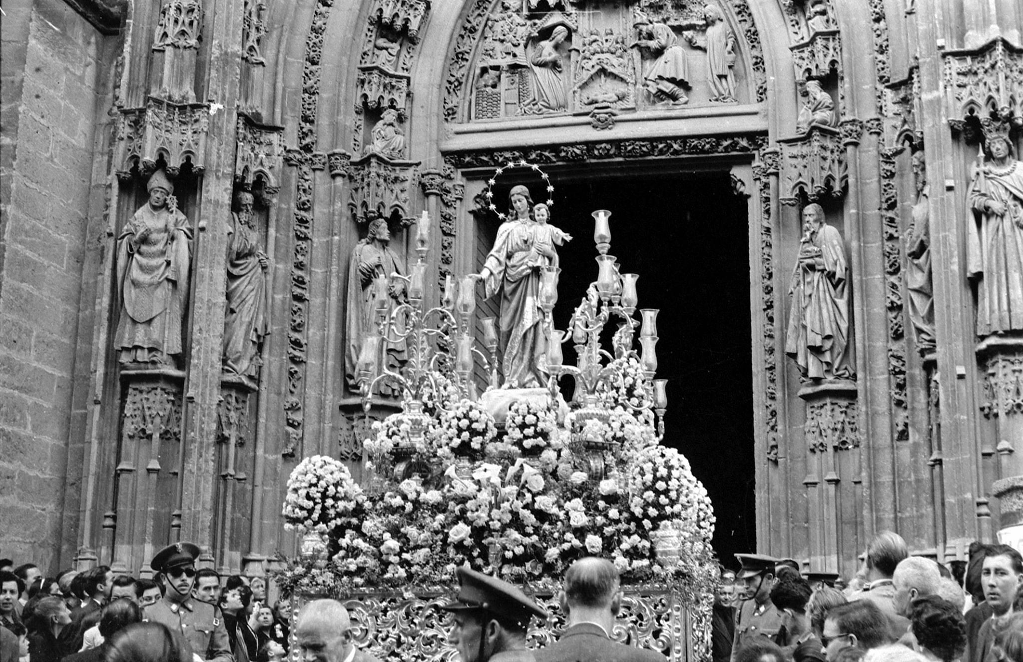 Copia de Salida de María Auxiliadora de la Catedral, para dirigirse a la Puerta Jerez para la Coronación - 13 de mayo de 1954 (2)